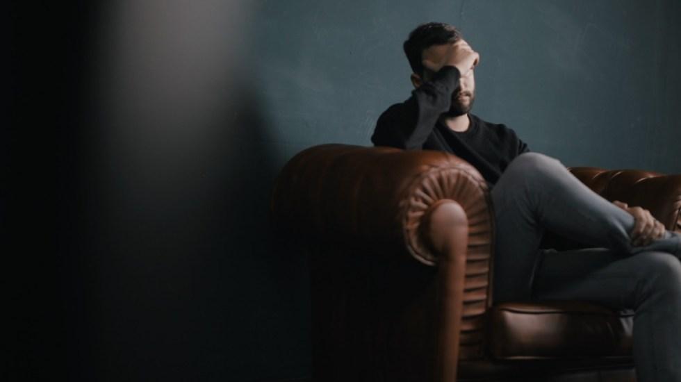 Depresión severa mejora con una nueva técnica de estimulación cerebral - Depresión ansiedad tranquilidad hombre triste