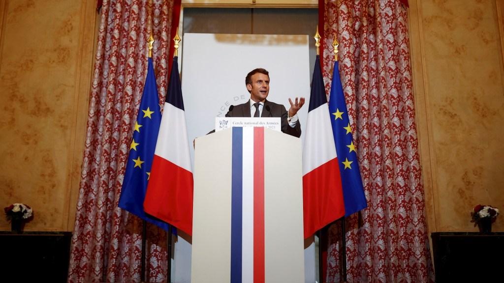Emmanuel Macron ante la nueva oleada de COVID-19. Sin contemplaciones - El presidente francés Emmanuel Macron, emitiendo un discurso ante las Fuerzas Militares en el Cercle des Armees en París, Francia. Foto de EFE / EPA / CHRISTIAN HARTMANN.