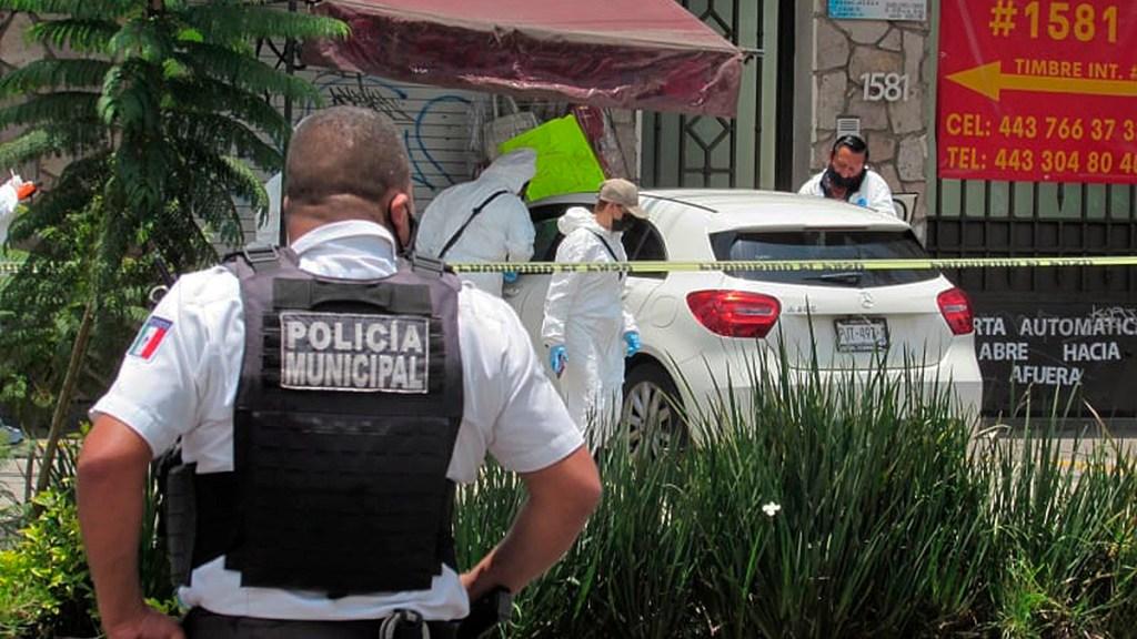 Suman 98 mil 189 homicidios dolosos en lo que va del sexenio - Escena del crimen en Morelia, Michoacán, por asesinato del periodista Abraham Mendoza. Foto de EFE / Archivo