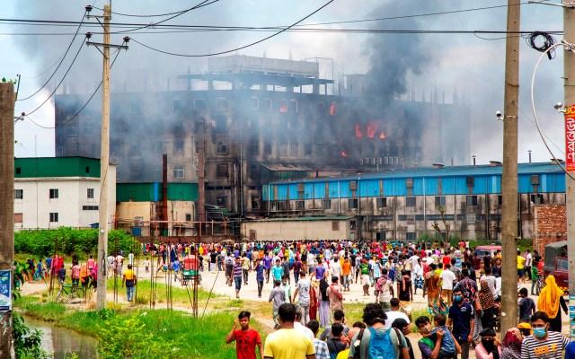 Incendio en Bangladesh deja al menos 52 muertos y 25 heridos - Incendio en fábrica de alimentos de Bangladesh. Foto de EFE