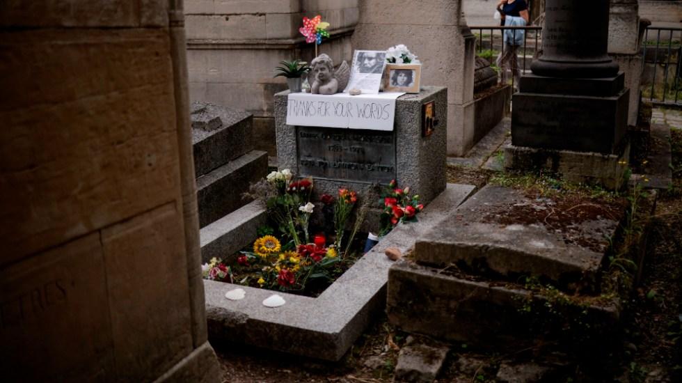 Homenaje en la tumba de Jim Morrison en el 50 aniversario de su muerte - Jim Morrison tumba