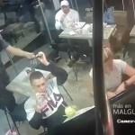 #Video Joven no deja de comer alitas durante asalto a mano armada