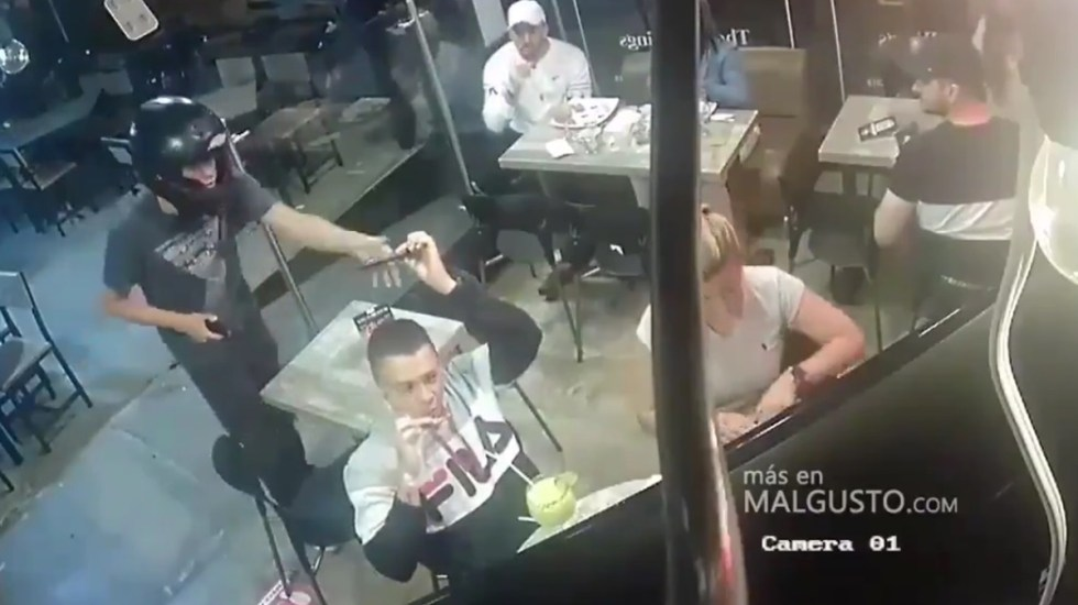 #Video Joven no deja de comer alitas durante asalto a mano armada - Joven no deja de comer alitas durante asalto. Captura de pantalla