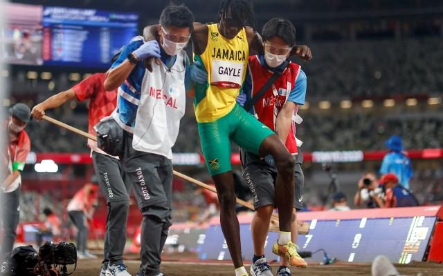 Juegos Olímpicos 2020: Atletismo - Tajay Gayle, de Jamaica, sufre una lesión en las rondas clasificatorias de salto de longitud masculino de atletismo durante los Juegos Olímpicos 2020, en el Estadio Olímpico de Tokio. Foto de EFE/ Juan Ignacio Roncoroni.