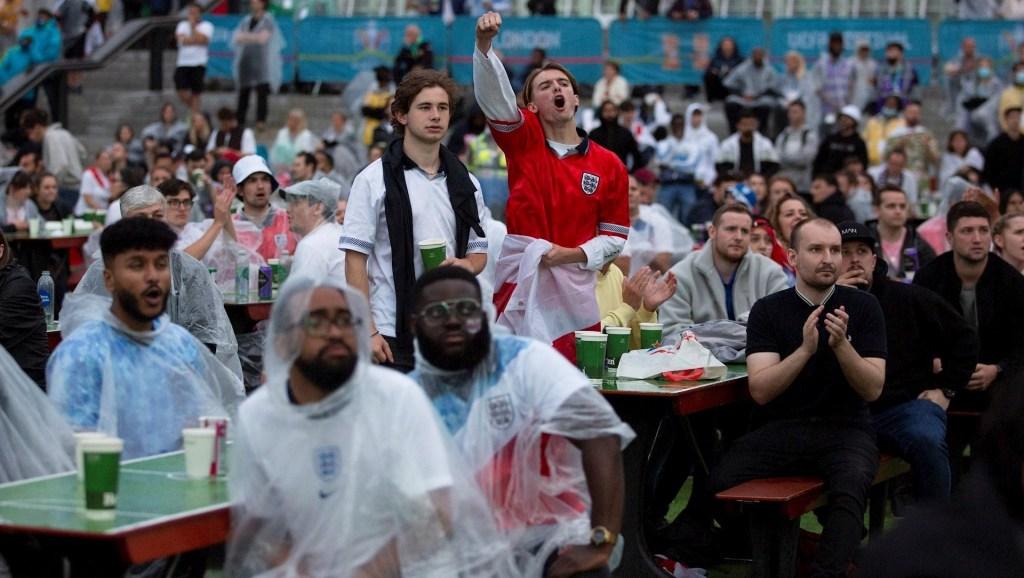 Al menos 45 detenidos en Londres durante la final de la Euro 2020 - Aficionados viendo la final de la Euro en Trafalgar Square, en Londres. Foto de EFE/EPA/JOSHUA BRATT.