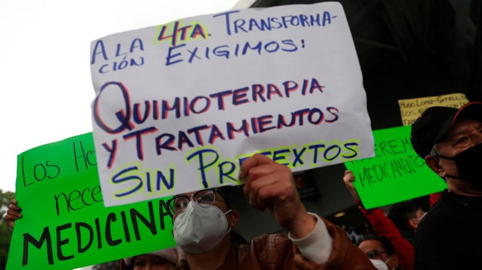 Llegan a CDMX padres de niños con cáncer de Veracruz para reunión por desabasto de medicamentos - Manifestación de padres de niños con cáncer por desabasto de medicamentos oncológicos. Foto de EFE
