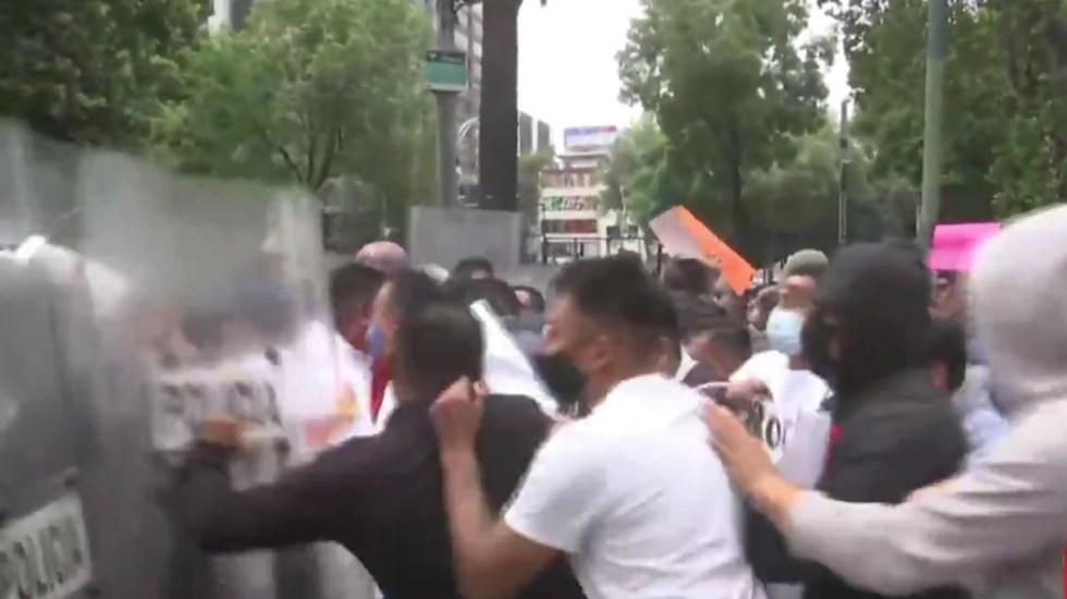 #Video Manifestantes se enfrentan a policías frente a Embajada de EE.UU. en Paseo de la Reforma - Manifestantes se enfrentan a policías frente a Embajada de EE.UU. Captura de pantalla