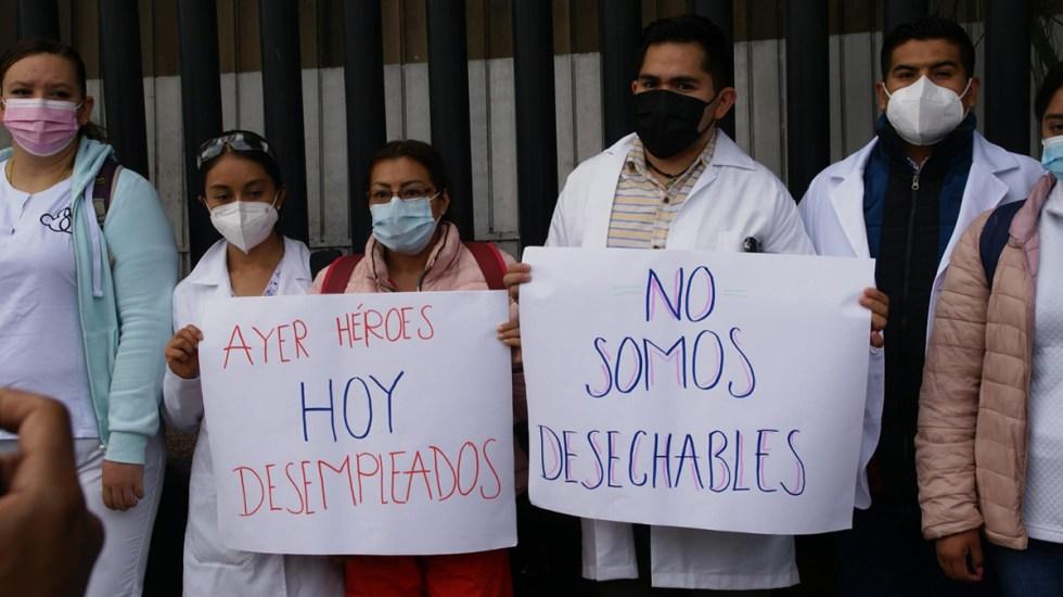 Médicos exigen plazas definitivas tras atender pacientes COVID-19 - Médicos protestan por plazas tras despido de unidades COVID-19. Foto de Lennin Domínguez
