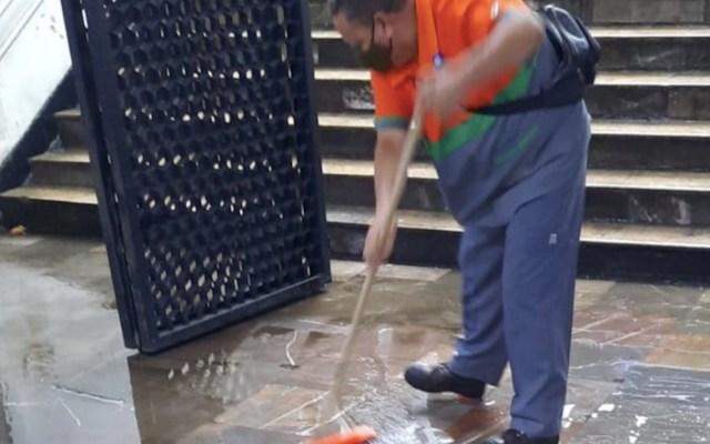 #Video Lluvia provoca encharcamientos en estaciones del Metro - #Video Lluvia provoca encharcamientos en estaciones del Metro. Foto de Twitter Metro