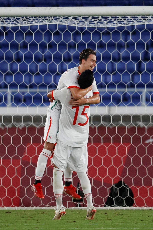 El centrocampista mexicano Sebastián Córdova celebra con sus compañeros tras marcar el 1-3 en el encuentro de Cuartos de Final entre las selecciones de Corea del Sur y México, durante los Juegos Olímpicos 2020, en el Estadio Internacional de Yokohama. Foto de EFE/ Miguel Gutiérrez.