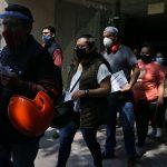 Calcula el doctor Erdely que el 62% de los mexicanos ya padeció COVID-19 - MEX7201. CIUDAD DE MÉXICO (MÉXICO), 20/07/2021.- Jóvenes hacen fila para ser vacunados contra la covid-19 hoy, en un modulo de vacunación de la Ciudad de México (México). La tercera ola de covid-19 en territorio mexicano afecta en mayor proporción a jóvenes y no vacunados, con una edad media de casos de 38 años y de 50 años para hospitalizados, alertó este martes el Gobierno, que ha defendido su plan de vacunación. EFE/ Sáshenka Gutiérrez