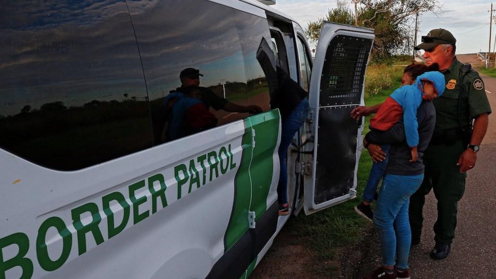 EE.UU. extiende expulsión de migrantes por emergencia sanitaria - En nueve meses, EE.UU. detuvo a más de un millón de migrantes en la frontera. Foto de EFE