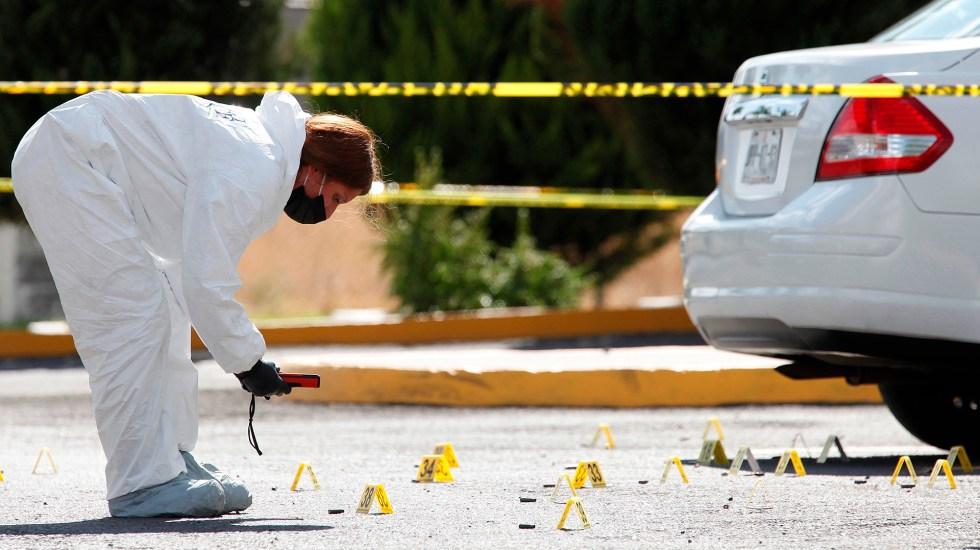 Suman 98 mil 910 homicidios dolosos en lo que va del sexenio - Perito en escena del crimen. Foto de EFE