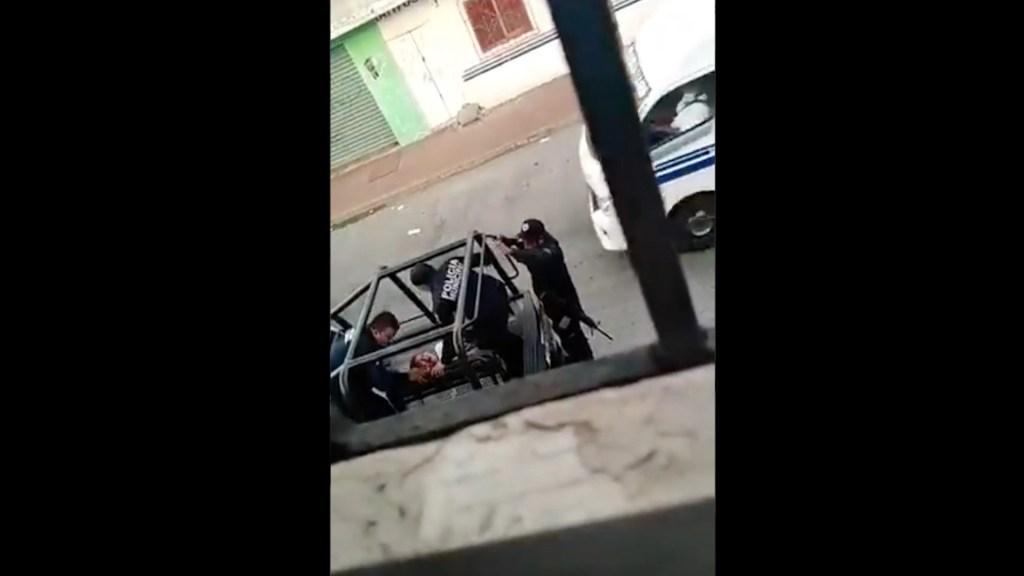 Suspenden a dos policías tras golpear a mujer en Tabasco - Policías agreden a mujer en Tabasco. Foto tomada de video