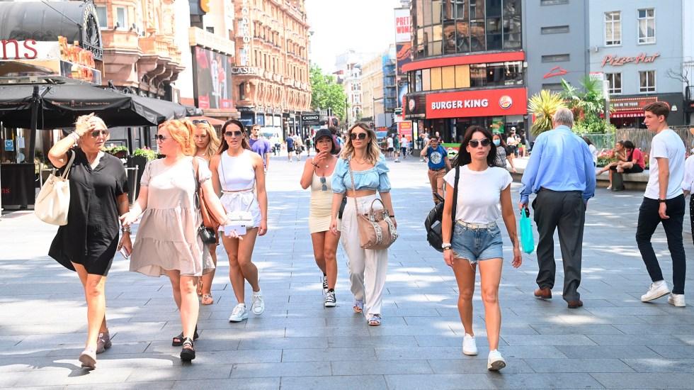 """Casos globales de COVID-19 suben 11.5 %; OMS ve la tendencia """"muy peligrosa"""" - Primer día en Londres, Reino Unido, del levantamiento de restricciones por COVID-19. Foto de EFE"""