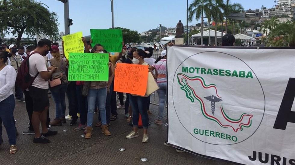 Trabajadores de la Salud reciben a AMLO en Guerrero con protesta - Protesta de trabajadores de la salud durante evento de AMLO en Guerrero. Foto de Reforma