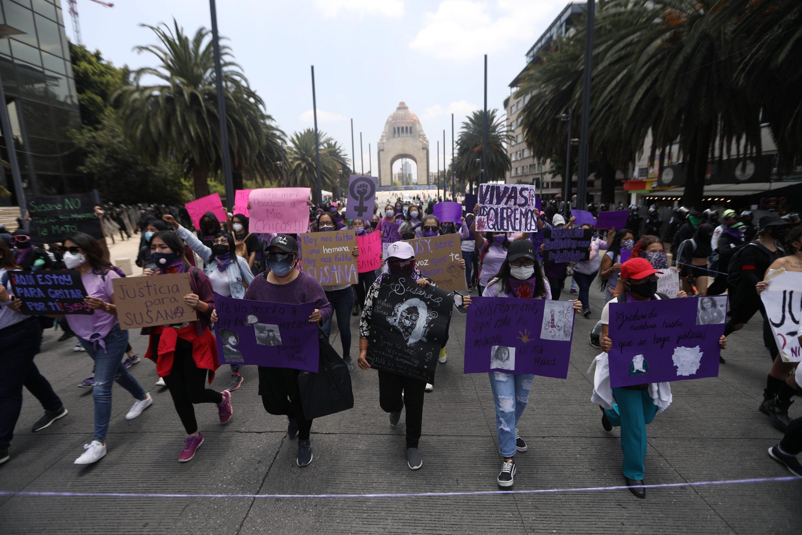 Feministas protestan en Ciudad de México por feminicidio de maestra
