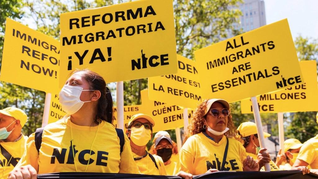 Trabajadores esenciales migrantes exigen una vía a la ciudadanía de EE.UU. Foto de EFE
