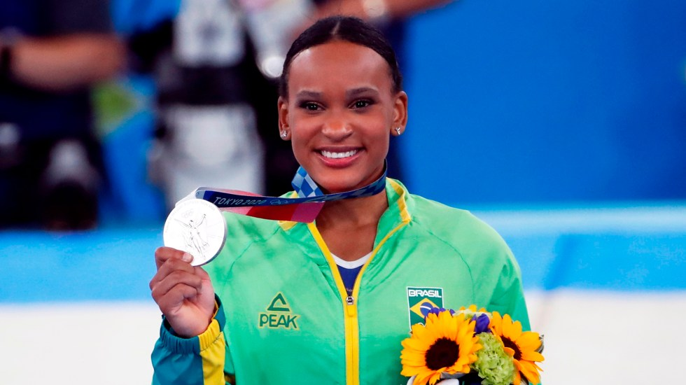 Rebeca Andrade da a Brasil su primera medalla olímpica en gimnasia - Rebeca Andrade, de Brasil, medallista de plata en gimnasia