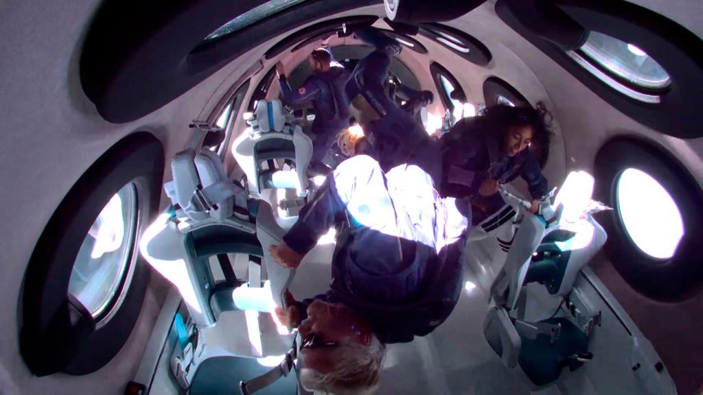 """""""Fue mágico"""", dice el multimillonario Branson tras llegar al espacio - Richard Branson en el espacio. Foto de EFE"""