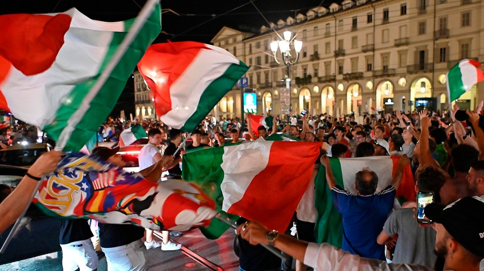 Campeones de 1982 animan a Italia de cara a final de la Eurocopa - Seguidores de Italia apoyan a la selección de futbol de cara a la final de la Eurocopa. Foto de EFE