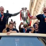 El equipo italiano celebra en Roma la victoria de la Eurocopa - La Selección de Italia llegó a Roma para celebrar junto a su afición y al presidente Sergio Mattarella su triunfo en la Eurocopa. Foto de EFE