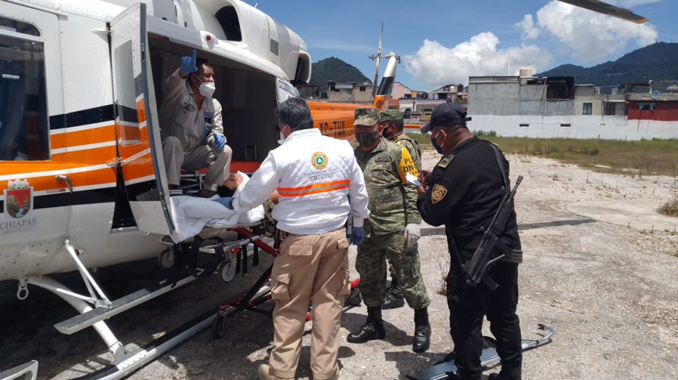 Ataque a militares y policías en Chiapas deja al menos ocho heridos - Traslado de policías y militares heridos en ataque en Chiapas. Foto de @SSyPC_Chiapas