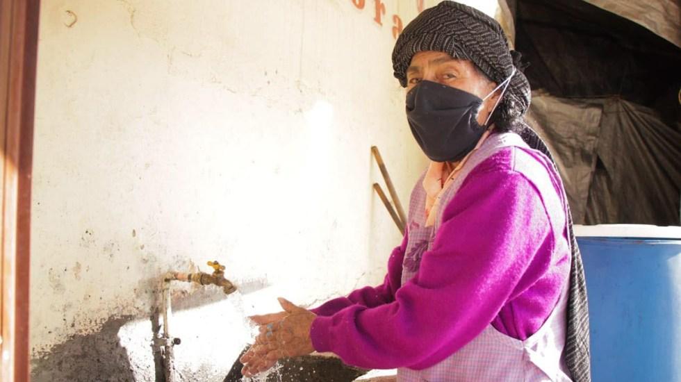 Pese a desastres naturales, Oaxaca sigue creciendo y reduciendo la pobreza: Alejandro Murat - Adulta mayor ya cuenta con servicio de agua potable en su casa en Oaxaca