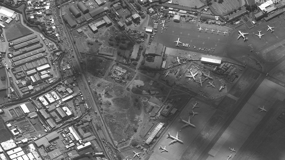 Cazas de EE.UU. sobrevuelan Kabul para garantizar seguridad - aeropuerto Kabul Afganistán satélite