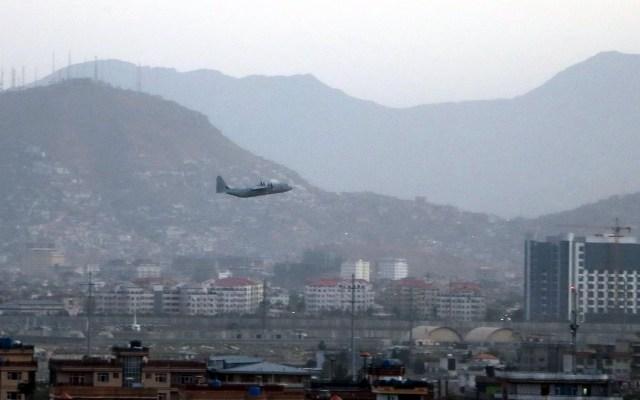 Estados Unidos anuncia represalias por atentados a aeropuerto de Kabul - Biden Avión aeropuerto Kabul Afganistán