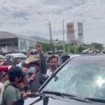 """#Video CNTE vuelve a bloquear paso de AMLO en Chiapas; """"esos no son modos"""", responde el presidente"""