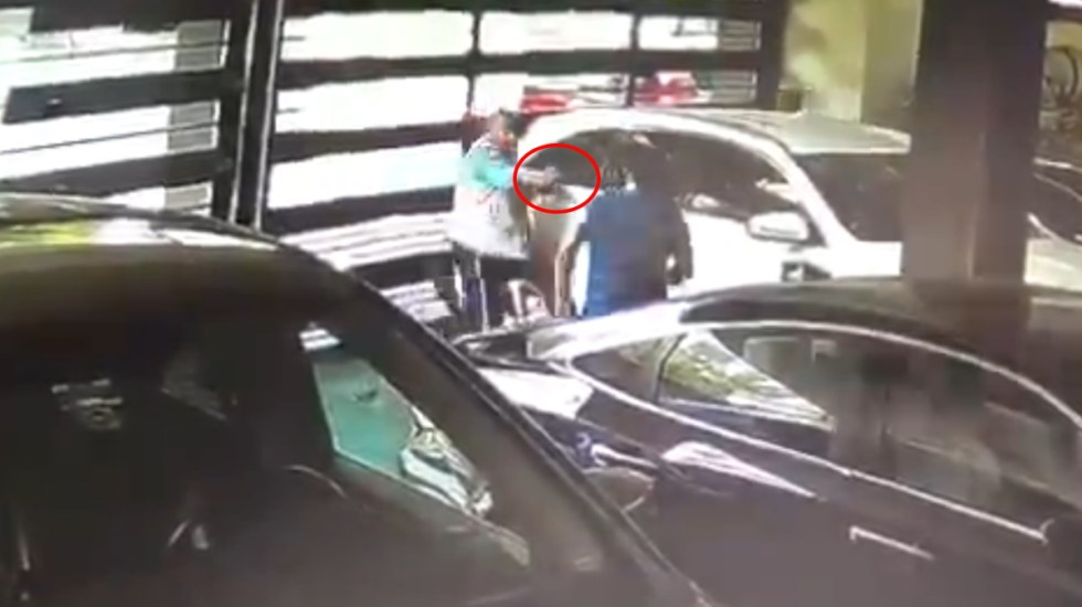 #Video Asesinan a hombre dentro de cochera en Nuevo León - Disparos Nuevo León ataque cochera