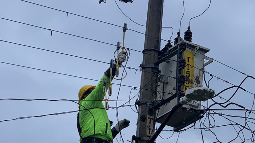 CFE restablece energía a 90 por ciento de usuarios afectados por Grace - CFE electricista reforma