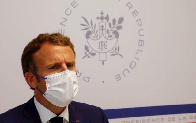 Macron defiende gestión de la crisis sanitaria y las vacunas - Emmanuel Macron, presidente de Francia, en el Consejo de Defensa en el Fuerte de Bregancon en Bormes-les-Mimosas. Foto de EFE/ EPA/ ERIC GAILLARD.