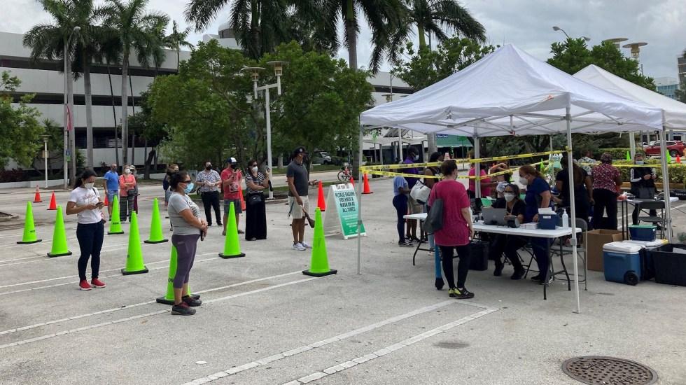 Delta arrasa en EE.UU.; Gobierno moviliza todos los recursos para vacunar - Un grupo de personas al acudir a un centro de pruebas de COVID-19 a las afueras del Centro de Convenciones de Miami Beach. Foto de EFE/ Ivonne Malaver.