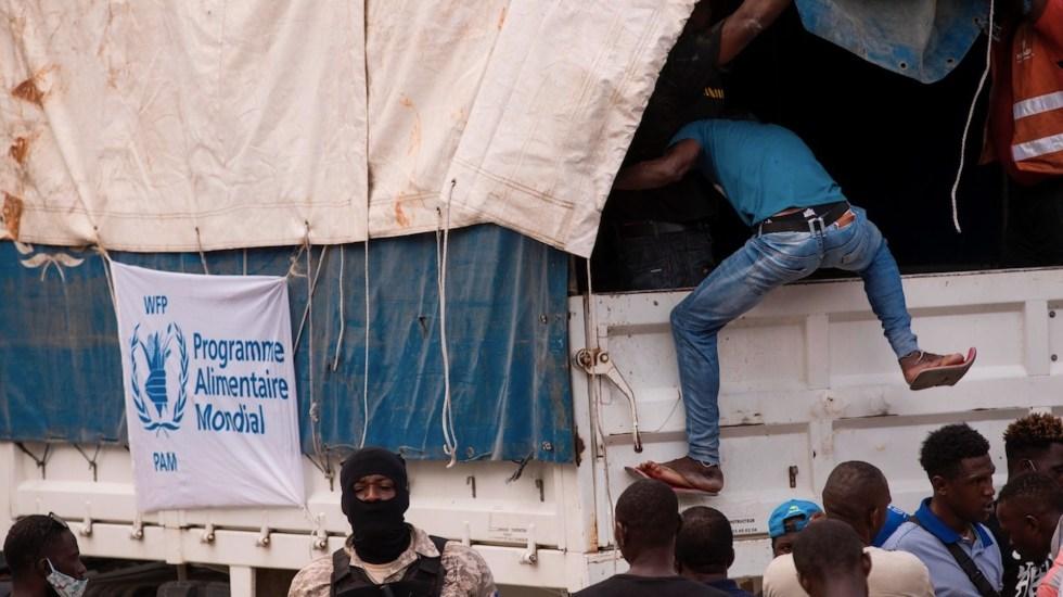 Saquean cuatro camiones con ayuda en una carretera de Haití - Saquean cuatro camiones con ayuda en una carretera de Haití. Foto de EFE