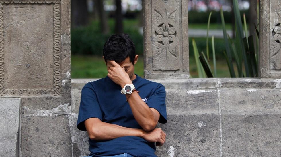 Pandemia incrementa frecuencia de dolores de cabeza - Un hombre reacciona en Ciudad de México. Foto de EFE