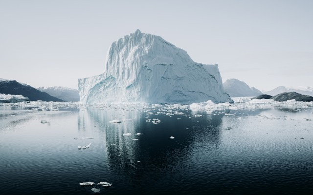 """Ola de calor provoca deshielo """"masivo"""" y récord de temperatura en Groenlandia - Iceberg en Groenlandia"""
