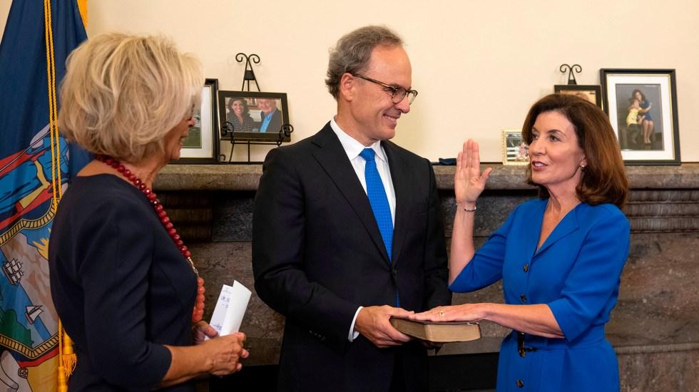 Kathy Hochul toma posesión como nueva gobernadora de Nueva York - Kathy Hochul jura como gobernadora de Nueva York
