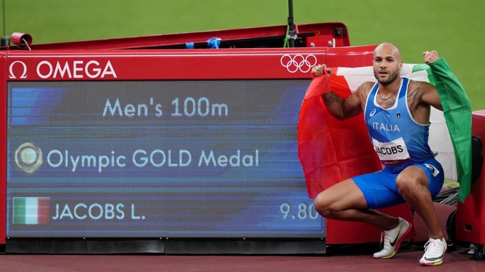 Un italiano, Lamont Jacobs, nuevo rey de los 100 metros - Lamont Jacobs junto a marca obtenida en los 100 metros planos de los Juegos Olímpicos