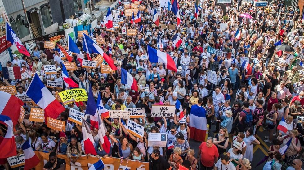 Decenas de miles de franceses se manifiestan, una vez más, contra el pase sanitario - Foto de EFE/ EPA/ CHRISTOPHE PETIT TESSON.