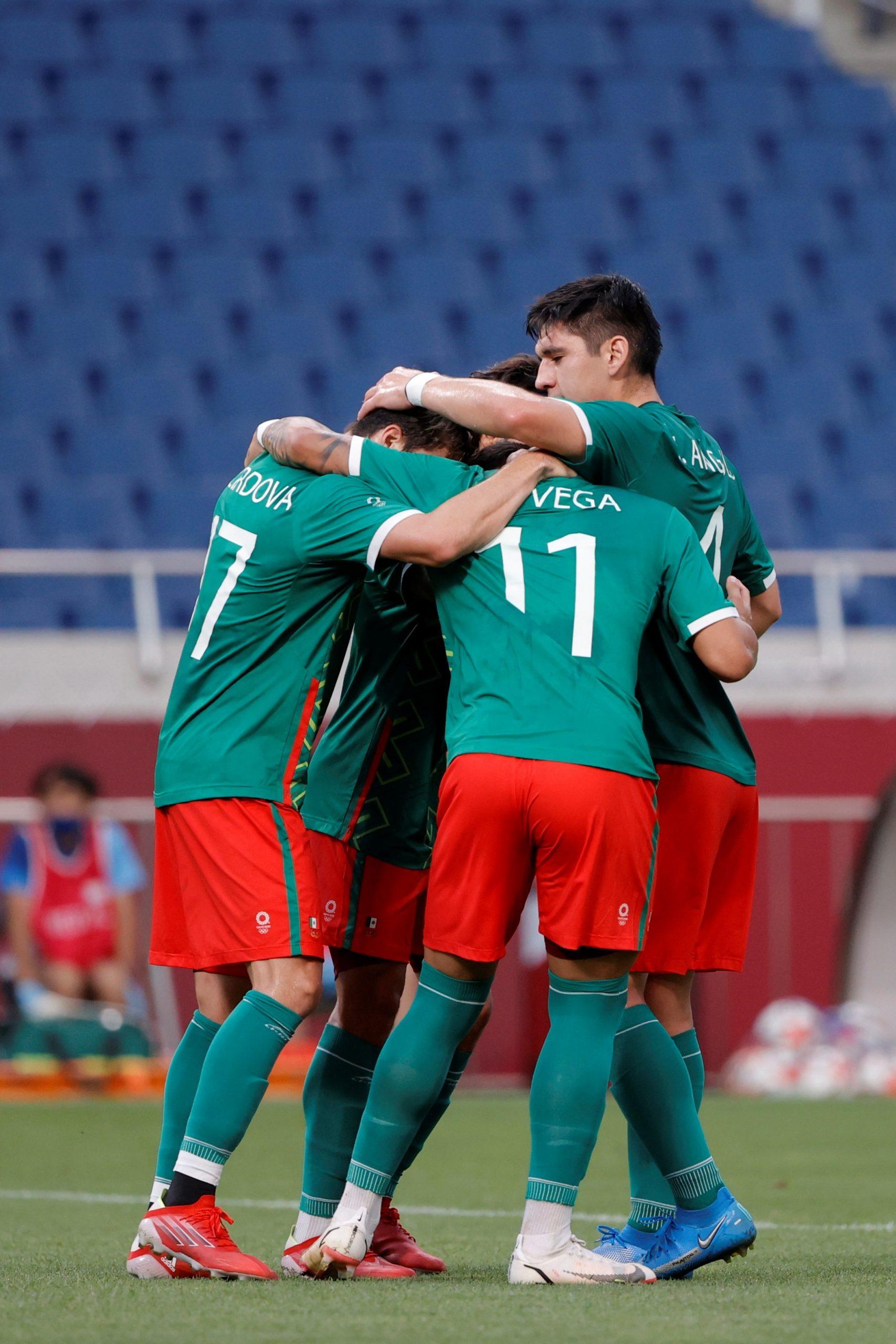 Sebastián Córdova celebra con sus compañeros tras marcar el 1-0 en el encuentro por la medalla de bronce entre las selecciones de México y Japón, en el Estadio de Saitama. Foto de EFE/ Kai Försterling.