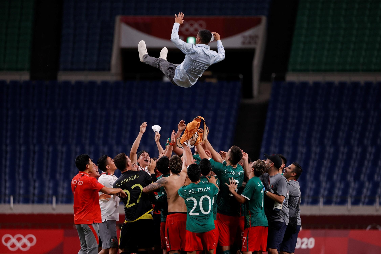 Los jugadores de México 'mantean' a su entrenador Jaime Lozano tras vencer a Japón. Foto de EFE/ Kai Försterling.