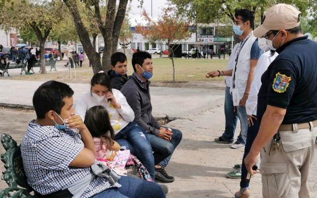 Pide CNDH localizar a 95 migrantes desaparecidos en Tamaulipas - Migrantes centroamericanos hablan con autoridades en una plaza pública en Reynosa, Tamaulipas. Foto de EFE/ Martín Juárez/ Archivo.