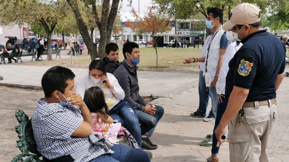 """La mayoría de migrantes mexicanos deportados de EE.UU. van por """"oportunidades económicas"""" - Migrantes centroamericanos hablan con autoridades en una plaza pública en Reynosa, Tamaulipas. Foto de EFE/ Martín Juárez/ Archivo."""
