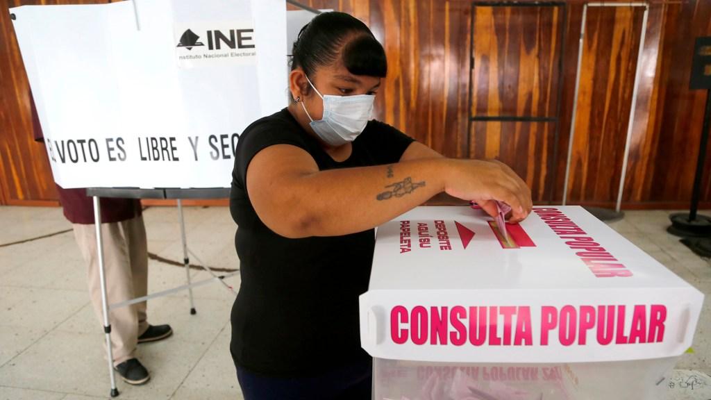 """""""Contra viento y marea"""" INE cumplió y consulta popular fue un éxito: Lorenzo Córdova - Mujer participa en la consulta popular"""