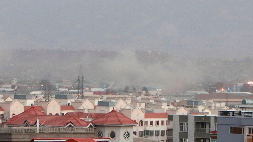 Pentágono confirma muerte de estadounidenses por explosiones en aeropuerto de Kabul - Nubes de humo en inmediaciones del aeropuerto internacional de Kabul