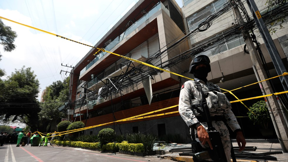 Sube a 29 cifra de heridos por explosión en Av. Coyoacán; vecinos denuncian robos - Resguardo de edificio sobre Av. Coyoacán tras explosión