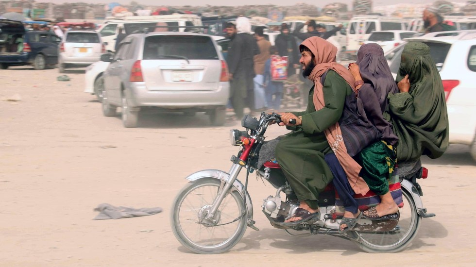 """Presidente de Afganistán dice que se fue para """"evitar un derramamiento de sangre"""" - Diplomáticos Talibanes afganistán presidente mandatario"""