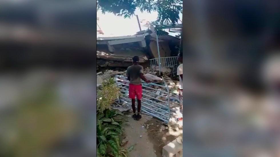 Al menos 29 muertos en Haití por el terremoto de magnitud 7.2 - Fotografía cedida por Jean David Geneste que muestra a una persona junto a escombros hoy, tras un seísmo de 72 grados en Puerto Príncipe, Haití. Foto de EFE/ Jean David Geneste.